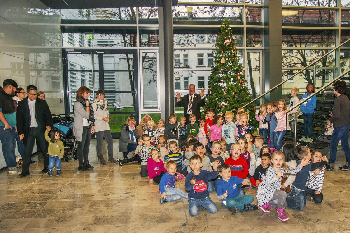 Weihnachtsbaum Fun.Kita Kinder Schmücken Weihnachtsbaum Im Bürgerforum